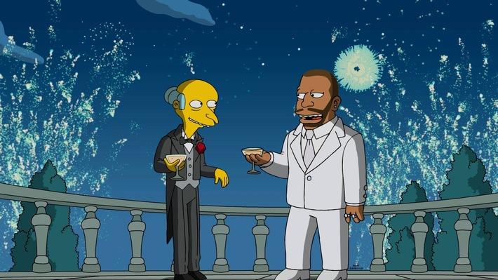 """Jack Nicholson, Elton John und Snoop Dogg feiern die erste einstündige """"Simpsons""""-Folge am Dienstag, 2. Januar, auf ProSieben! Das gab's noch nie: """"Die Simpsons"""" erleben ihre erste einstündige Episode! Und die größten Legenden der Film-, Pop- und Hip-Hop-Branche sind dabei: Mit den OSCAR® Preisträgern Jack Nicholson und Elton John wird Charity gemacht, Rap-Star Snoop Dogg sorgt für die richtigen Beats und Millionär Mr. Burns lässt im Stil von """"Der große Gatsby"""" die Schampus-Korken knallen Ö ProSieben zeigt die neuen Folgen der 28. Staffel von """"Die Simpsons"""" ab 2. Januar 2018, dienstags um 20:15 Uhr. Zum Auftakt gibt es die einstündige Episode. Im Anschluss startet """"Family Guy"""" zur 16. Staffel um 22:10 Uhr. Copyright: © 2016-2017 Fox and its related entities. All rights reserved. Dieses Bild darf bis 2. Januar 2018 honorarfrei fuer redaktionelle Zwecke und nur im Rahmen der Programmankuendigung verwendet werden. Spaetere Veroeffentlichungen sind nur nach Ruecksprache und ausdruecklicher Genehmigung der ProSiebenSat1 TV Deutschland GmbH moeglich. Verwendung nur mit vollstaendigem Copyrightvermerk. Das Foto darf nicht veraendert, bearbeitet und nur im Ganzen verwendet werden. Nicht für EPG, Twitter, Facebook, ect.! Es darf nicht archiviert werden. Es darf nicht an Dritte weitergeleitet werden. Bei Fragen: 089/9507-7299. Voraussetzung fuer die Verwendung dieser Programmdaten ist die Zustimmung zu den Allgemeinen Geschaeftsbedingungen der Presselounges der Sender der ProSiebenSat.1 Media AG. Weiterer Text über ots und www.presseportal.de/nr/25171 / Die Verwendung dieses Bildes ist für redaktionelle Zwecke honorarfrei. Veröffentlichung bitte unter Quellenangabe: """"obs/ProSieben"""""""