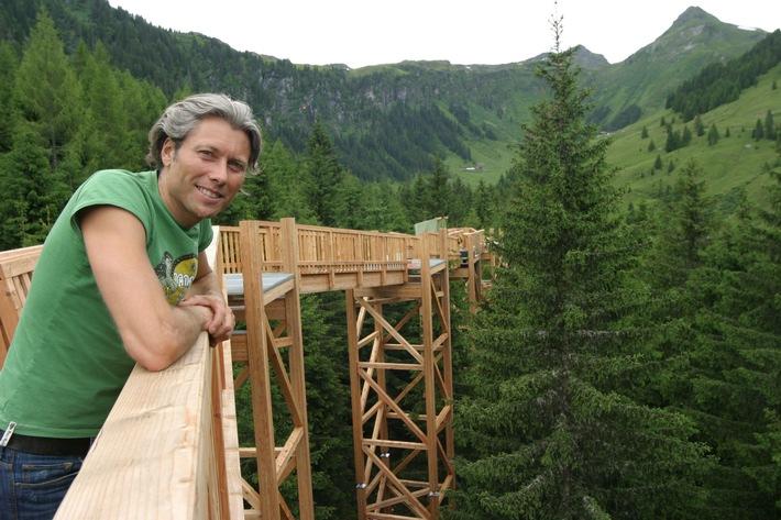 Bauherr Reinhold Bauböck genießt schon die Aussicht vom neuen Baumzipfelweg im Talschluss des Glemmtals, der am 16. Juli mit einem großen Fest eröffnet wird.
