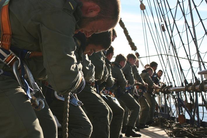Segelsetzen ist Teamarbeit: Offizieranwärter brassen an.