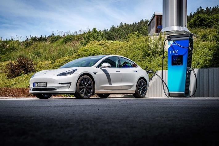 Tesla lädt an Mer-Hypercharger / Weiterer Text über ots und www.presseportal.de/nr/156912 / Die Verwendung dieses Bildes ist für redaktionelle Zwecke unter Beachtung ggf. genannter Nutzungsbedingungen honorarfrei. Veröffentlichung bitte mit Bildrechte-Hinweis.