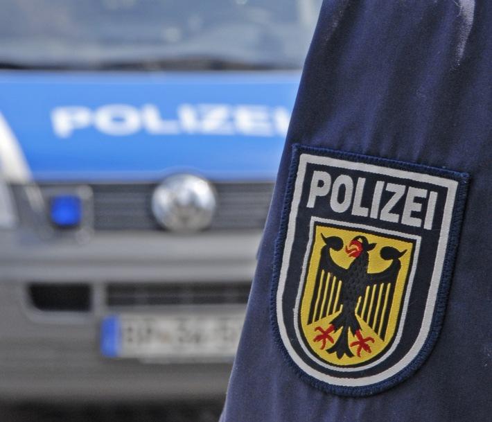 Die Bundespolizei ermittelt gegen einen mutmaßlichen Schleuser, der neun Migranten auf der Ladefläche eines Transporters von Italien nach Deutschland gebracht haben soll.