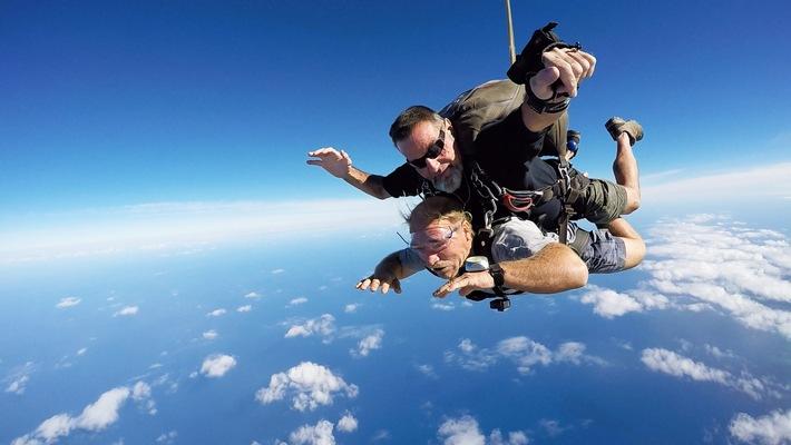"""Auswanderer-Kumpel Sascha setzt Konny Flausen in den Kopf. Er erzählt ihm von einem Extrem-Fallschirm-Sprung aus über 6.000 Metern Höhe. Der Clou: Dort oben ist die Luft so dünn, dass man während der ersten Minute des freien Falls die Luft anhalten muss. Für die meisten Menschen klingt das abschreckend, aber doch nicht für Konny Reimann. Ob das gut geht? © RTL II - Recht zum Abdruck/Darstellung zeitlich/sachlich beschränkt auf die Bewerbung der Sendung. """"Die Reimanns - Ein außergewöhnliches Leben"""": Neue Folgen ab Montag, 26. Februar 2018, um 21:15 Uhr bei RTL II. Weiterer Text über ots und www.presseportal.de/nr/6605"""