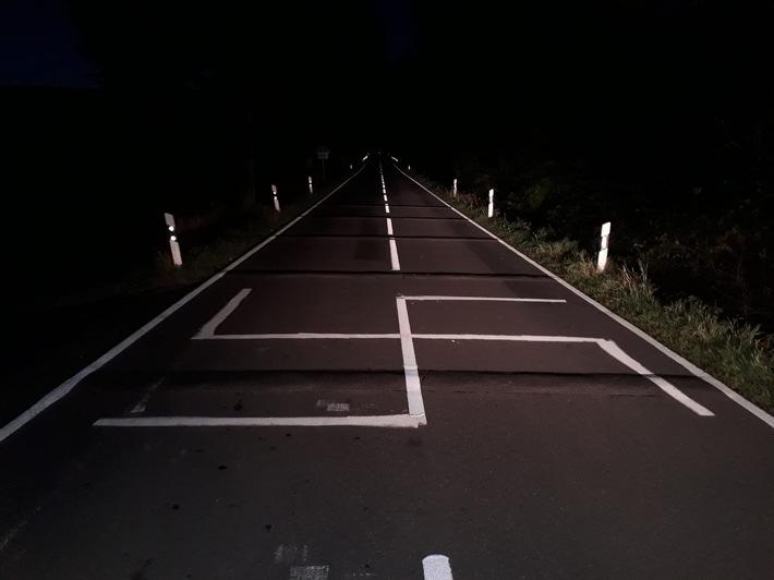 Hakenkreuz auf der L755 zwischen Altenbeken und Langeland.