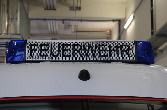 FW-Dorsten: Pkw brannte in der Nacht an einer Bahnlinie