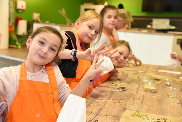 Gemeinsam backen im Klimahaus: In der KlimBackstube lernen die Kinder wie man klimafreundlich backt. Bildnachweis: ...
