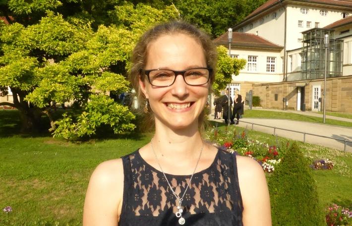Grund zum Strahlen: Daniela Schlink bei der Absolventenfeier der AKAD University in Stuttgart-Bad Cannstatt. Bild: AKAD