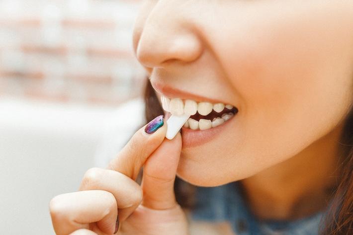 """Für gesunde Zähne nach dem Essen oder Trinken zuckerfreien Kaugummi kauen / Tag der Zahngesundheit am 25. September: Was den Zähnen am besten schmeckt / Weiterer Text über ots und www.presseportal.de/nr/148335 / Die Verwendung dieses Bildes ist für redaktionelle Zwecke honorarfrei. Veröffentlichung bitte unter Quellenangabe: """"obs/Mars Wrigley"""""""