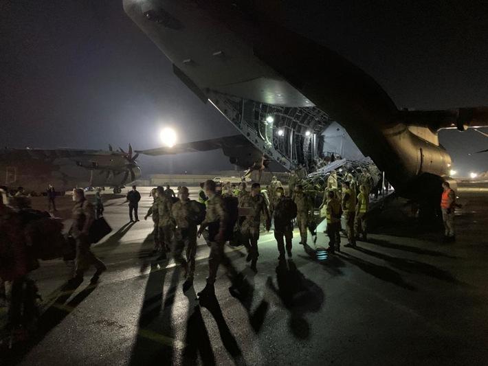 Die ersten Soldatinnen und Soldaten aus Afghanistan steigen aus dem A400M in Tiflis. Für Sie geht die Reise weiter nach Deutschland.