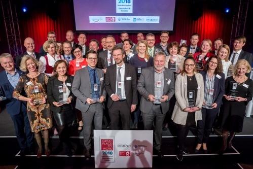 Arbeitgeber und Arbeitnehmer freuen sich gemeinsam: Unter den prämierten Unternehmen auch die Schön Klinik Bad Bramstedt (Klinikleiter Marcus Baer hinten, 3. v. li.). (c)Great Place to Work