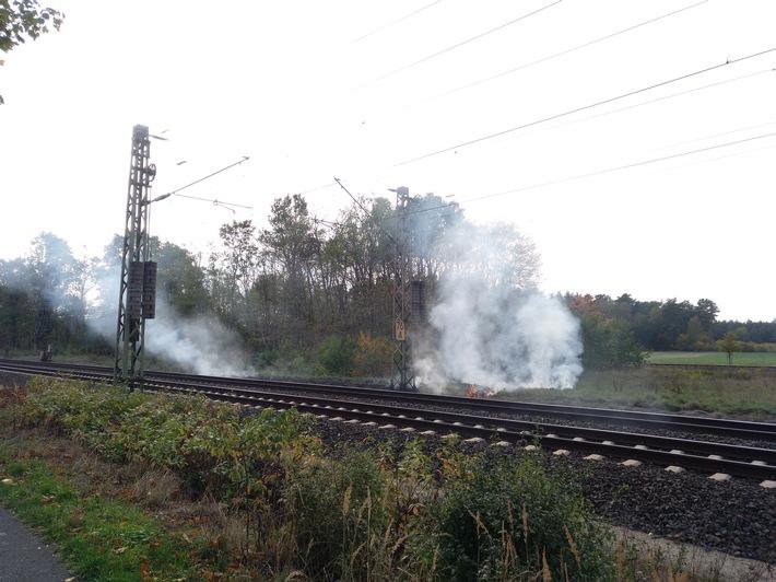 Böschungsbrand an der Bahnstrecke bei Dörverden. Foto: Polizei