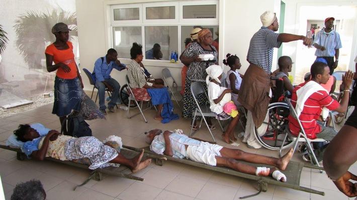 Versorgung der Verletzten vor dem Krankenhaus St-Damien.jpg