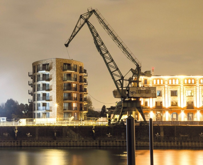 Die Schiffshäuser von BPD in Mainz-Zollhafen in Abendstimmung.