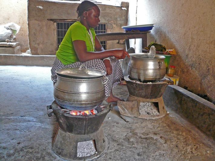 """E.ON unterstützt den Bau klimaneutraler Kochöfen in Mali. Weiterer Text über ots und www.presseportal.de/nr/109984 / Die Verwendung dieses Bildes ist für redaktionelle Zwecke honorarfrei. Veröffentlichung bitte unter Quellenangabe: """"obs/E.ON Energie Deutschland GmbH/Arktik"""""""