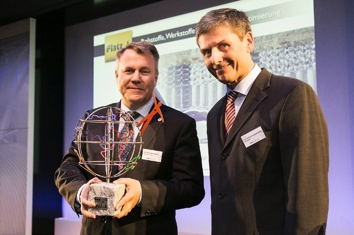 """Beda Bolzenius, President of Johnson Controls Automotive Seating (left), received the prestigious environmental award for the automotive industry from Professor Ferdinand Dudenhöffer, spokesman for the ÖkoGlobe jury. Editorial use of this picture is free of charge. Please quote the source: """"obs/Hanne Engwald/Johnson Controls Automotive ExperienceExperience"""""""