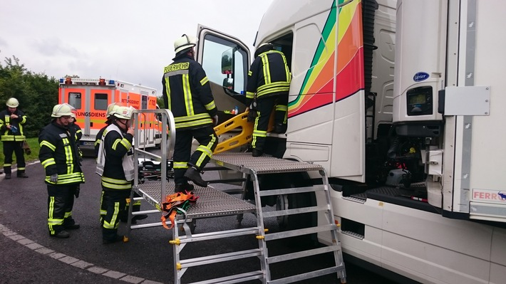 Das Spineboard wird von der Feuerwehr Bergkamen-Rünthe vorgenommen