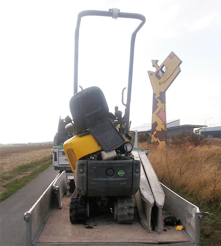 """Etwas """"geknickt"""" nach dem Unfall - unter den Augen der Giraffe wurde der Minibagger vom Anhänger """"gepflügt"""""""