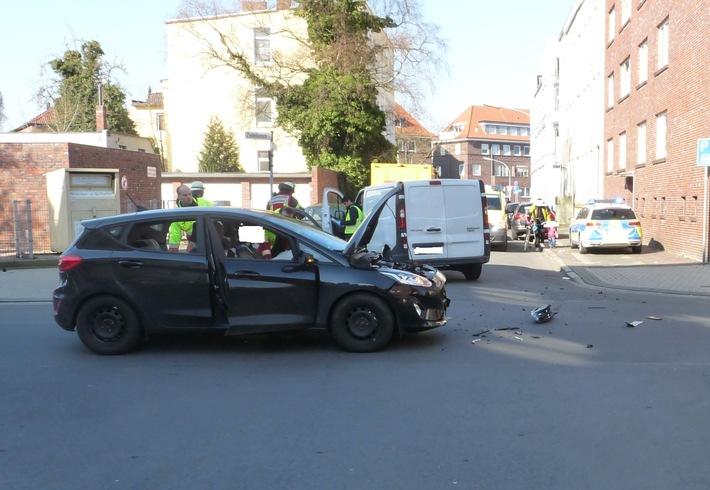 POL-WHV: Verkehrsunfall nach Vorfahrtsmissachtung in Wilhelmshaven - eine Fahrzeugführerin verletzt, beide Unfallfahrzeuge stark beschädigt (zwei FOTOS)