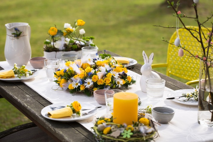 Für eine festliche Atmosphäre darf die florale Dekoration auf der Ostertafel nicht fehlen. Absoluter Hingucker ist ein üppiger Osterkranz. ©Fleurop AG