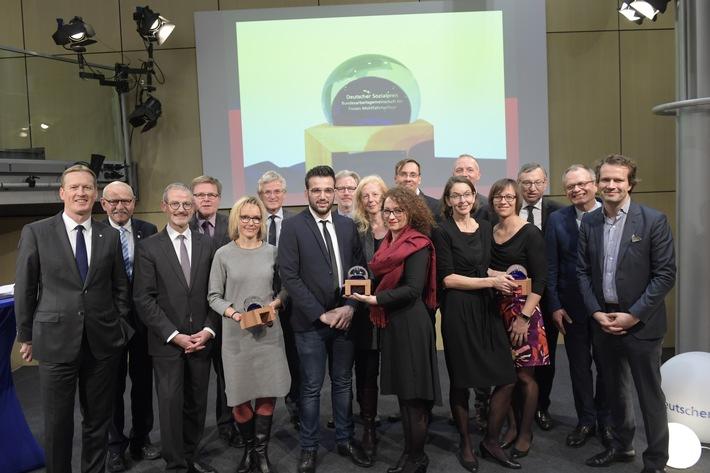 Deutscher Sozialpreis auf BAGFW-Politikforum verliehen - Gesellschaftlicher Zusammenhalt war politisches Thema des Abends
