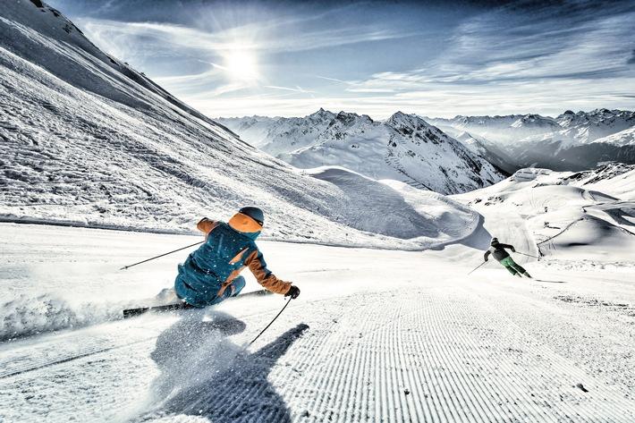 BILD zu OTS - Wintersportgenuss zum Sonnenaufgang  Skifahren, HochjochTotale, Silvretta Montafon, Montafon, Sonnenaufgang, frisch präparierte Pisten, Winter, Winterurlaub