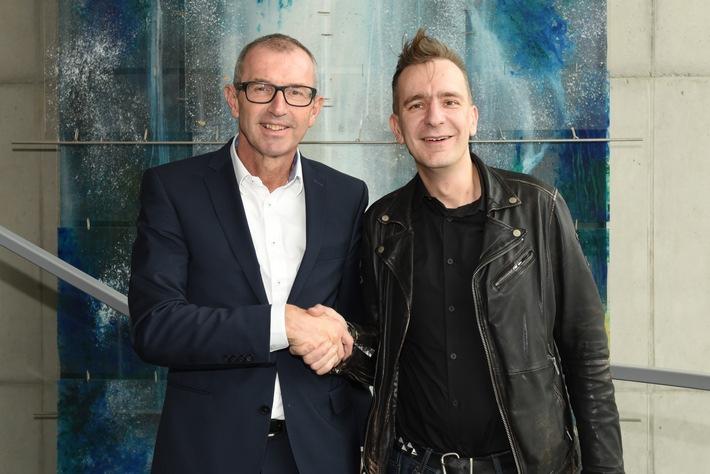BILD zu OTS - MCI-Rektor Andreas Altmann und Business Punk Gerald Hörhan besiegeln die Zusammenarbeit.