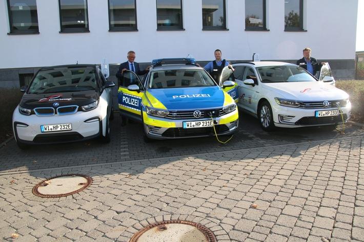 Drei Elektroautos, v.l. Polizeipräsident Günther Voß, Polizeioberkommissar Steffen Tost (Polizeistation Fulda), Polizeioberkommissar  Siegfried Neumann (Leiter Fahrzeugwesen)