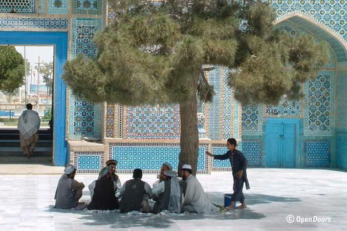 Das Leben in AFG ist vom Islam bestimmt. Mnner vor der Blauen Moschee in Mazar-i-Sharif. Weiterer Text ber ots und ...