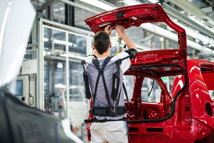 The new exoskeleton Paexo supports employees during demanding activities in production such as overhead assembly. (photo: Volkswagen)