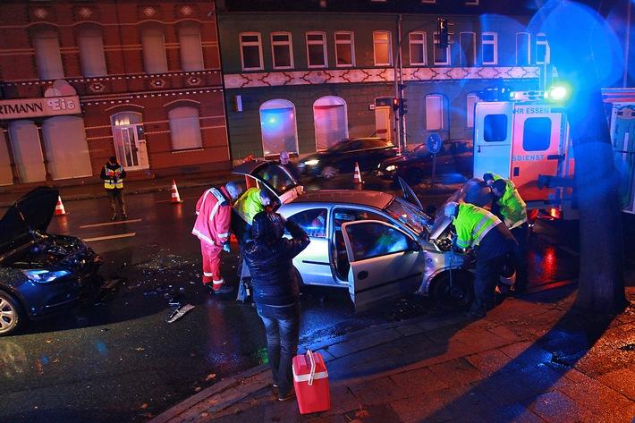 Der Fahrer wird bereits im Fahrzeug rettungsdienstlich versorgt. Foto: Mike Filzen
