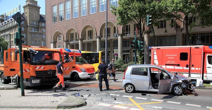 Der silberne Kleinwagen ist mit dem orangefarbigen LKW kolliediert. Die Ursache ist noch unklar. Foto: Mike Filzen