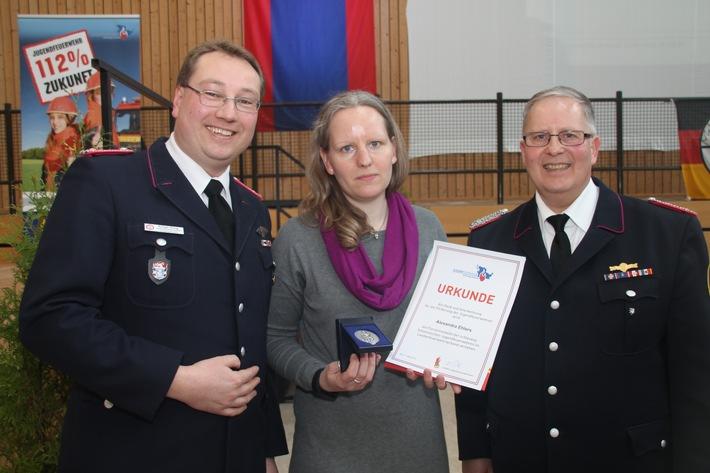 Alexandra Ehlers, Vorsitzende des Landes-Jugendringes, wurde von L-KFW Dirk Tschechne (r.) und seinem Stellvertreter Rüdiger König mit der Floriansmedaille der schleswig-holsteinischen Jugendfeuerwehr ausgezeichnet.
