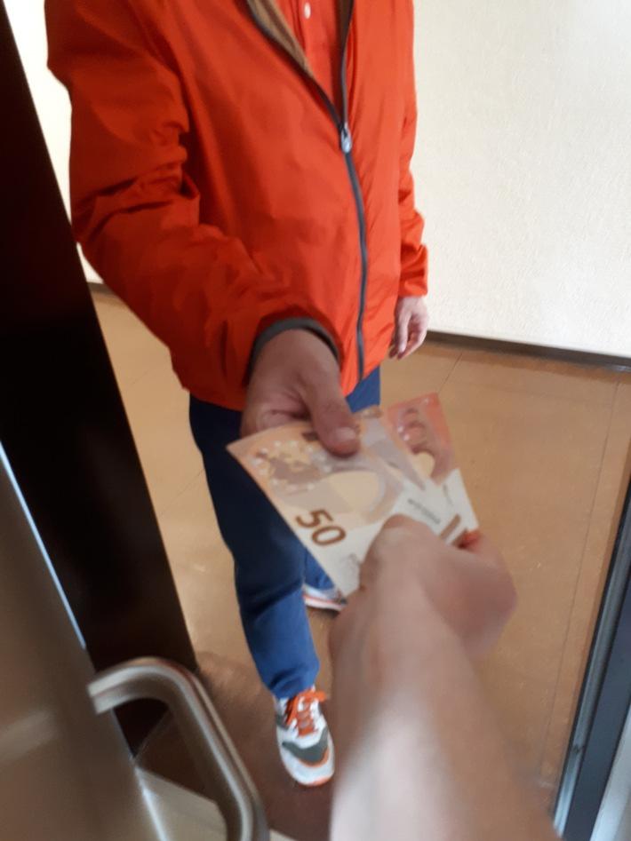 Die Seniorin übergab dem Unbekannten Bargeld. (Symbolbild Polizei) - Seien Sie misstrauisch, wenn Fremde an Ihrer Haustür klingeln und nach Bargeld fragen.