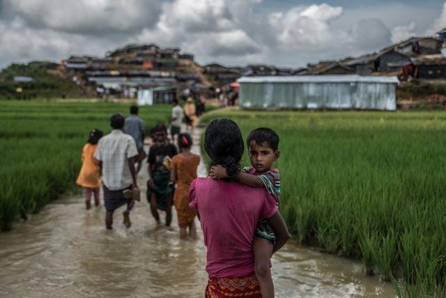 """Rohingya refugees walk through flooded camps, Balukhali camp, Bangladesh (credit: Aurélie Marrier d'Unienville)  / Seit August 2017 flohen nahezu 700.000 Rohingya vor militärischer Gewalt aus Myanmar ins benachbarte Bangladesch. Die Situation ist prekär - Bangladesch kann die Flüchtlinge kaum ausreichend versorgen, die Camps sind übervoll. Nun droht erneut Gefahr: der Monsun. Ein Wettlauf gegen die Zeit. Die Caritas errichtet aktuell für 5.000 Familien Unterkünfte, die dem Monsunregen standhalten.   Copyright Caritas international , Tel: 0761/ 200-288 *** Local Caption *** mehr Infos: https://www.caritas-international.de/hilfeweltweit/asien/bangladesch/nothilfe-fuer-die-rohingya?show=situation  https://www.caritas-international.de/hilfeweltweit/asien/bangladesch/rohingya-fluechtlinge-gewalt / Weiterer Text über ots und www.presseportal.de/nr/67602 / Die Verwendung dieses Bildes ist für redaktionelle Zwecke honorarfrei. Veröffentlichung bitte unter Quellenangabe: """"obs/Caritas international/Aurélie Marrier d'Unienville"""""""