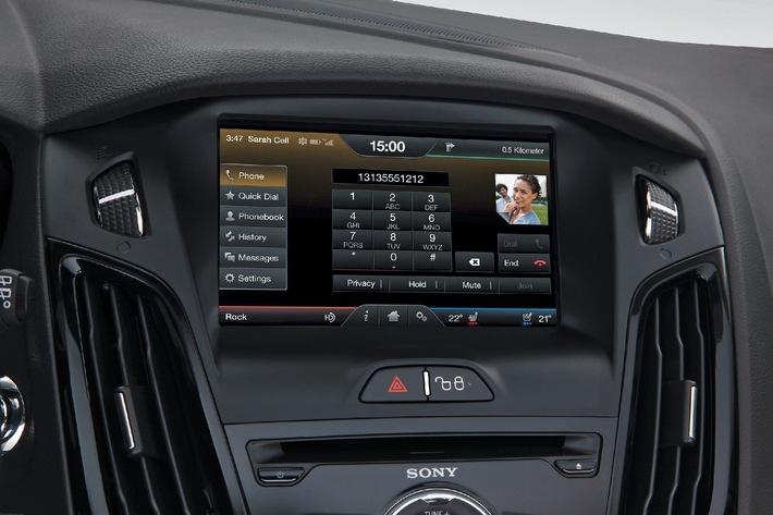 """Ford unterstützt die AppLink-Funktion seines In-car-Kommunikations- und Entertainmentsystems Ford SYNC auch in Europa mit dem neuen AppLink Mobile Applications-Katalog. In dem App-Verzeichnis, das in den Sprachen Deutsch, Englisch, Französisch, Italienisch, Mandarin und Spanisch zur Verfügung steht, listet Ford alle Smartphone-Applikationen auf, die sich über das Ford SYNC-System während der Fahrt per Sprachsteuerung bedienen lassen. Die Verwendung dieses Bildes ist für redaktionelle Zwecke honorarfrei. Veröffentlichung bitte unter Quellenangabe: """"obs/Ford-Werke GmbH"""""""