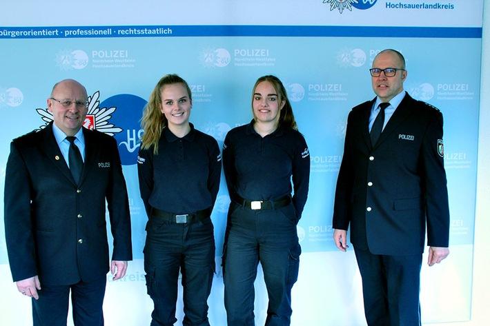 Die beiden niederländischen Praktikantinnen mit Polizeidirektor Klaus Bunse (links) und dem Leiter der Polizeiwache Meschede, Polizeihauptkommissar Hubert Sapp (rechts)