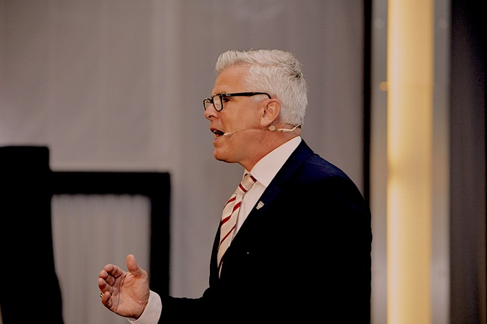 """Entrepreneur Scheibe präsentiert seine COOINX SA auf Europa-Tour. Weiterer Text über ots und www.presseportal.de/nr/131779 / Die Verwendung dieses Bildes ist für redaktionelle Zwecke honorarfrei. Veröffentlichung bitte unter Quellenangabe: """"obs/COOINX S.A."""""""