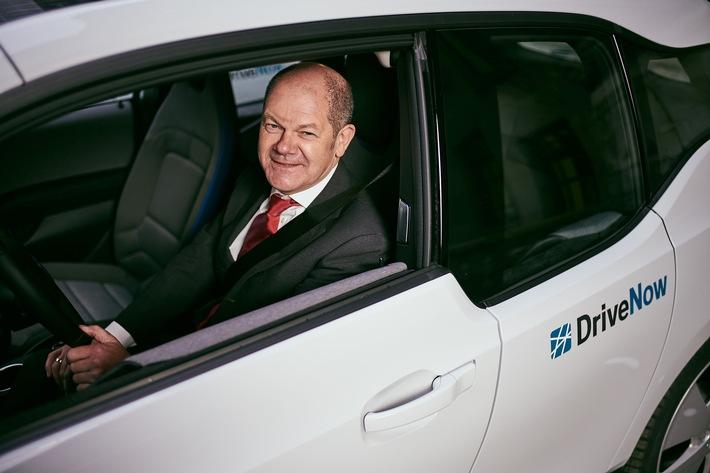 """Hamburgs Erster Bürgermeister Olaf Scholz in einem elektrischen BMWi3 von DriveNow. Weiterer Text über ots und www.presseportal.de/nr/114958 / Die Verwendung dieses Bildes ist für redaktionelle Zwecke honorarfrei. Veröffentlichung bitte unter Quellenangabe: """"obs/(C) DriveNow/Stefan Groenveld"""""""