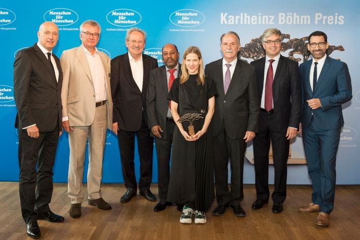 """Aino Laberenz vom """"Operndorf Afrika"""" mit dem Karlheinz Böhm Preis 2018. V.l.n.r: Peter Renner, Dr. Martin Hintermayer, ..."""