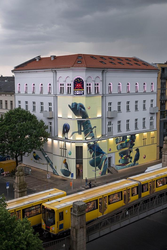 Römische Göttin im urbanen Raum: Das Fassadenkunstwerk von Super A erstreckt sich über die komplette Gebäudebreite des Museums. Foto: Nika Kramer (Abdruck honorarfrei).