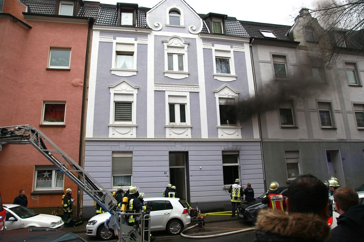 FW-E: Zimmerbrand mit Tücken, Wohnung im Altbau über innere Verbindungstreppe zwischen Erdgeschoss und erstem Obergeschoss massiv verraucht