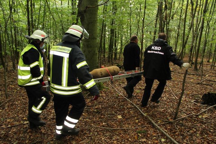 POL-HM: Weltkriegsbombe erfolgreich im Wald entschärft