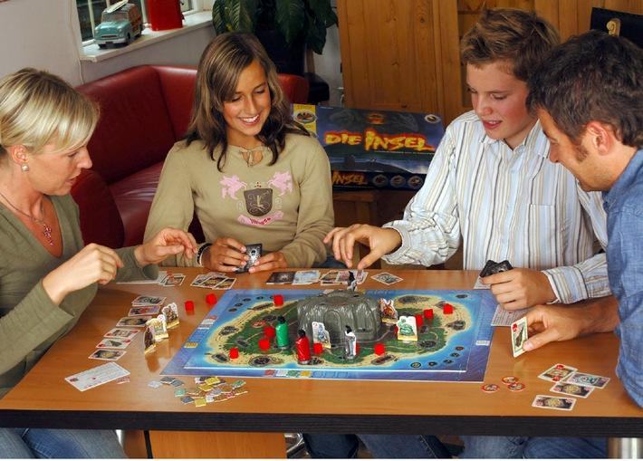 """""""Die Insel"""". Sind Sie reif für Die Insel? Das neue Spiel in der Reihe der Gesellschaftsspiele mit intelligenter Elektronik entführt Abenteurer auf ein sagenumwobenes Südsee-Eiland. Ein Vulkan auf der Inselmitte droht auszubrechen. Schaffen es die Spieler, das Geheimnis der Statuen zu entdecken und Die Insel zu retten? Titel: Die Insel, Autor: Dr. Reiner Knizia, Spielerzahl: 1-4, Alter: ab 10, Spieldauer: 45-60 min, Preis: ca EUR 50,-- Die Verwendung dieses Bildes ist für redaktionelle Zwecke honorarfrei. Abdruck bitte unter Quellenangabe: """"obs/Ravensburger Spieleverlag GmbH"""""""