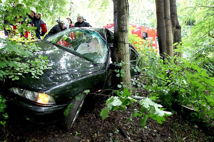 FW-E: Verkehrsunfall in Essen-Bredeney, Limousine kommt von der Fahrbahn ab und prallt vor einen Baum, Fahrerin eingeklemmt