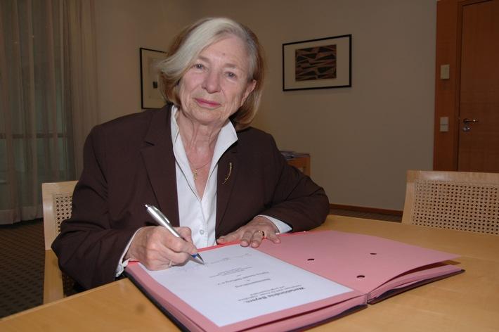 Ursula Männle, Vorsitzende der Hanns-Seidel-Stiftung, unterzeichnet die Urkunde für den Beitritt der Hanns-Seidel-Stiftung zum Wertebündnis Bayern.