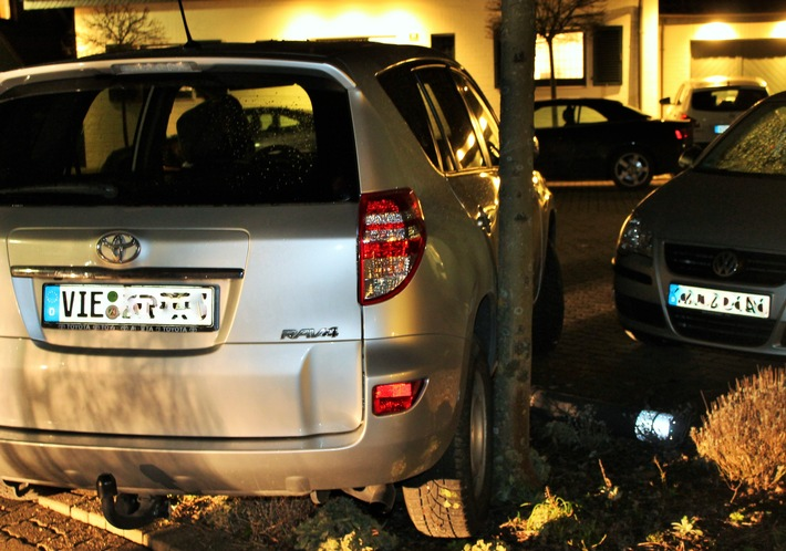 Betrunkener Pkw-Fahrer bleibt nach Unfall unverletzt (Foto: Polizei Viersen)