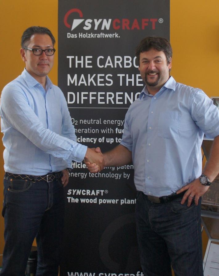 BILD zu OTS - Shingo Numa, CEO von Forest Energy, und Marcel Huber, CEO des MCI-Spin-offs Syncraft, besiegeln die Zusammenarbeit.