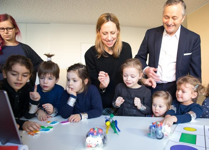 Coding kennt kein Alter: Hannes Ametsreiter (CEO Vodafone Deutschland) und Bettina Karsch (Personalchefin Vodafone Deutschland) programmieren mit Kita-Kindern