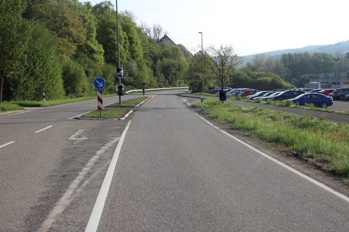 Vor der Verkehrsinsel sind auf der Abbiegespur die Trifftspuren von Vorder- und Hinterrad des Motorrades zu sehen