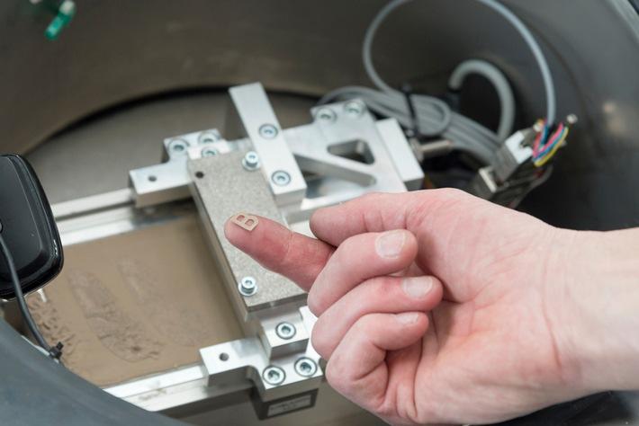 BAM, TU Clausthal und DLR Institut für Faserverbundleichtbau und Adaptronik in Braunschweig testen 3D-Druck in der Schwerelosigkeit. Erstmals wird mit metallischen Pulvern experimentiert. Quelle: BAM