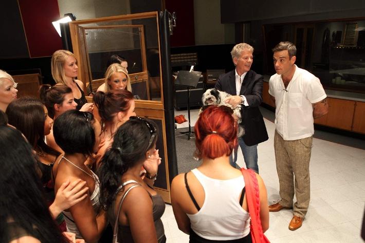 """Robbie Williams hat seine persönlichen POPSTARS schon gefunden: """"Sarah and Esra, you two look like you are already in the band. I see you two all around the world singing your songs. I like the naughtiness in your eyes."""" Was für ein Kompliment von einem Weltstar! Doch nicht jede kommt bei dem Besuch des Sängers so gut weg. """"Thank god, she's gone. She was shit."""" Wie das bloß gemeint ist? POPSTARS - Girls forever am Donnerstag, 21. Oktober 2010, um 20.15 Uhr auf ProSieben. Foto: © ProSieben/Frank HempelDieses Bild darf 23. Oktober 2010 honorarfrei fuer redaktionelle Zwecke und nur im Rahmen der Programmankuendigung verwendet werden. Spaetere Veroeffentlichungen sind nur nach Ruecksprache und ausdruecklicher Genehmigung der ProSiebenSat1 TV Deutschland GmbH moeglich. Verwendung nur mit vollstaendigem Copyrightvermerk. Das Foto darf nicht veraendert, bearbeitet und nur im Ganzen verwendet werden. Es darf nicht archiviert werden. Es darf nicht an Dritte weitergeleitet werden. Bei Fragen: 089/9507-1167. Voraussetzung fuer die Verwendung dieser Programmdaten ist die Zustimmung zu den Allgemeinen Geschaeftsbedingungen der Presselounges der Sender der ProSiebenSat.1 Media AG."""